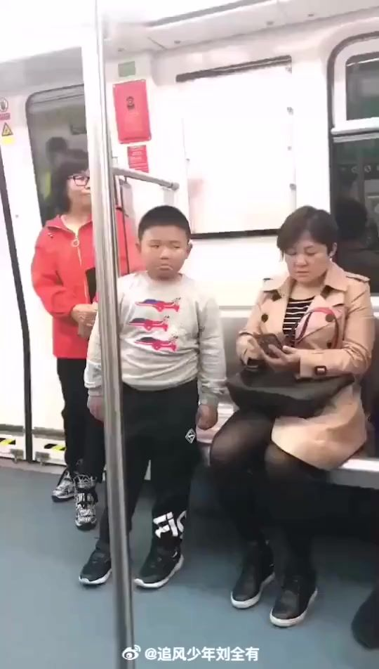 男孩地铁上回城,被母亲平A打断