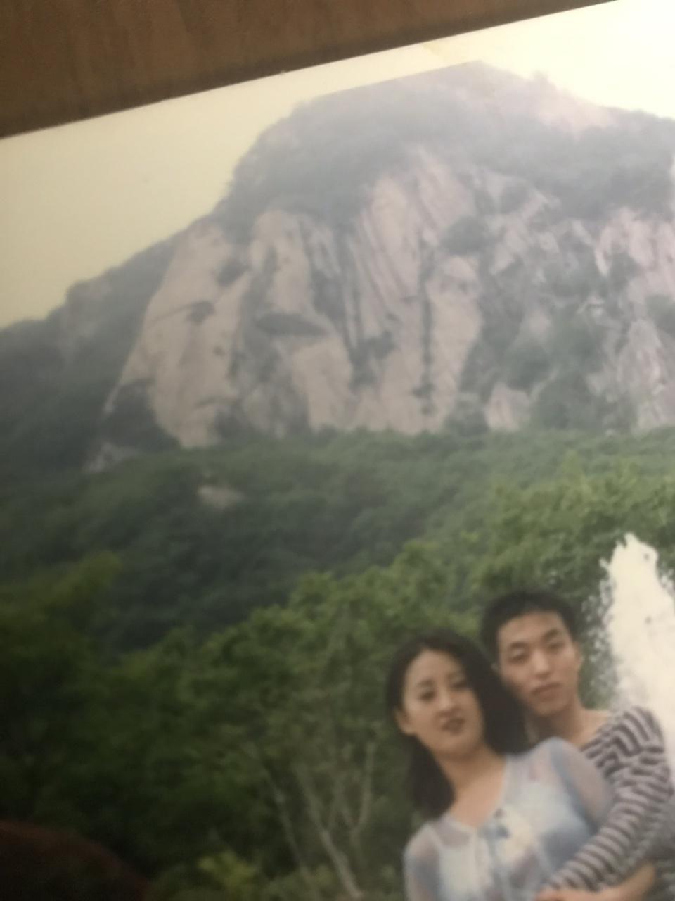 搞笑图片:许多年前的照片、今天刚看到有点惊悚!你们看到了吗????这是凤凰山.