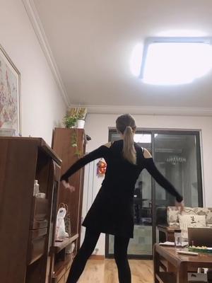 抖音娜娜有个小虎牙的视频